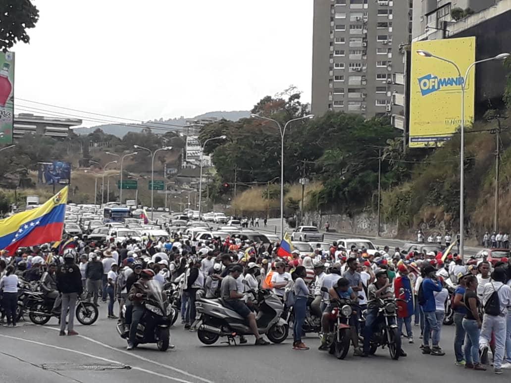 Concentración de la oposición en el Distribuidor Santa Fe. Foto: @milmanrique