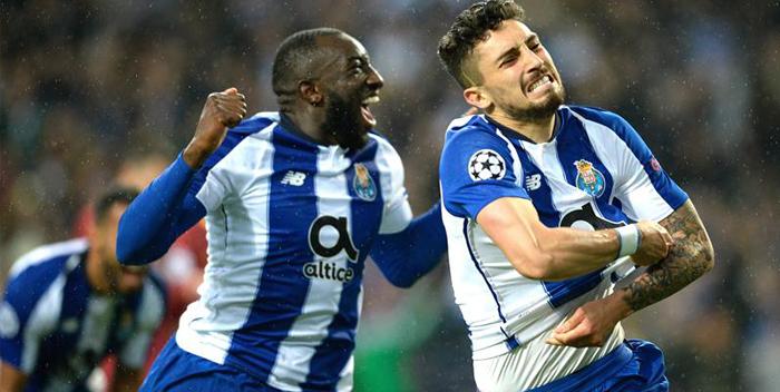 Alex Telles (d) y Moussa Marega (i) del Porto