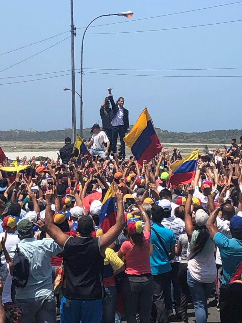 parada de la caravana de guaidó subiendo de la Guaira a Caracas
