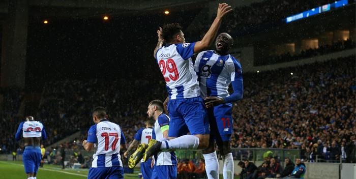 EPA3243. OPORTO (PORTUGAL), 06/03/2019.- Soares (i) del Porto disputa un balón ante Moussa Marega (d) de la Roma este miércoles, durante un partido de vuelta de octavos de final de la Liga de Campeones UEFA, entre el FC Porto de Portugal y la AS Roma de Italia, en el Estadio Dragao de Oporto (Portugal). EFE/ Jose Coelho