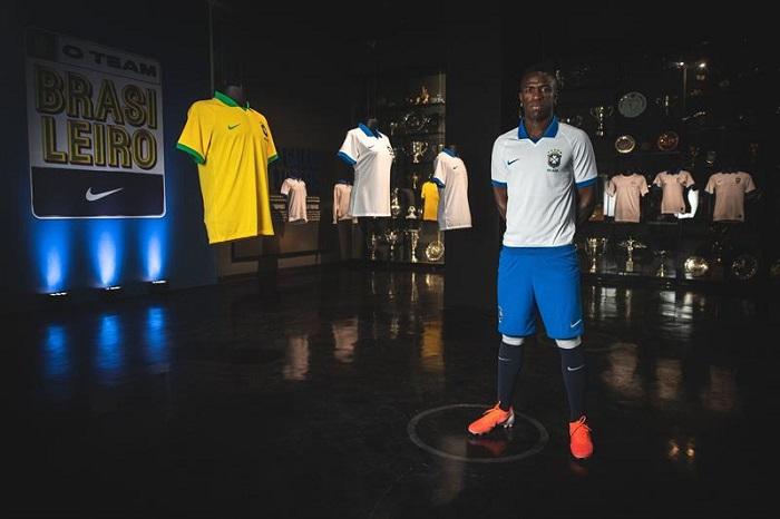 Vinicius, presenta camiseta de brasil (1)