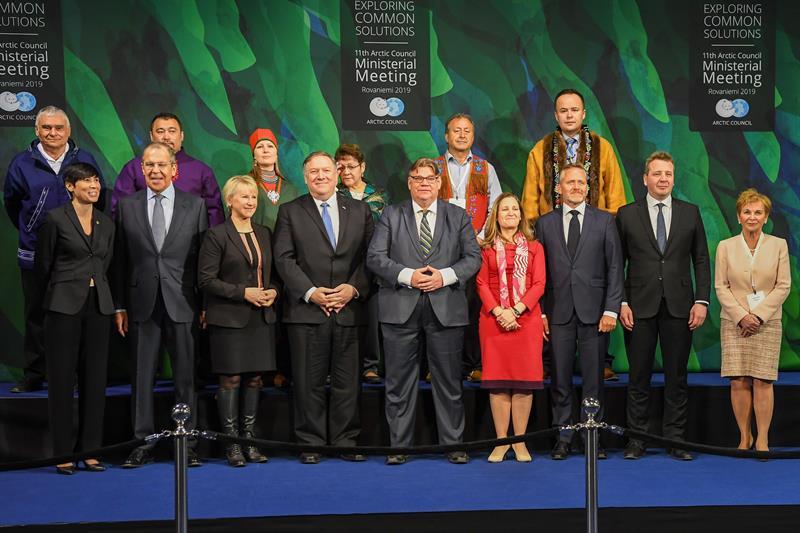 El secretario de estado estadounidense, Mike Pompeo (4i), el ministro ruso de Exteriores, Sergei Lavrov (2i), y la ministra sueca de Exteriores, Margot Wallstrom (3i), posan junto a otros representantes para una foto de familia, este martes, en el marco de la 11 reunión ministerial del Consejo Ártico en Rovaniemi (Finlandia). Foto: EFE