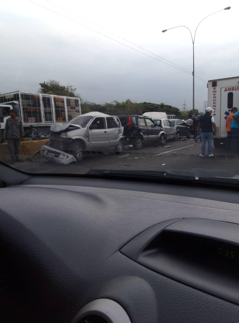 Choque múltiple en ARC afecta varios carros en cola por gasolina