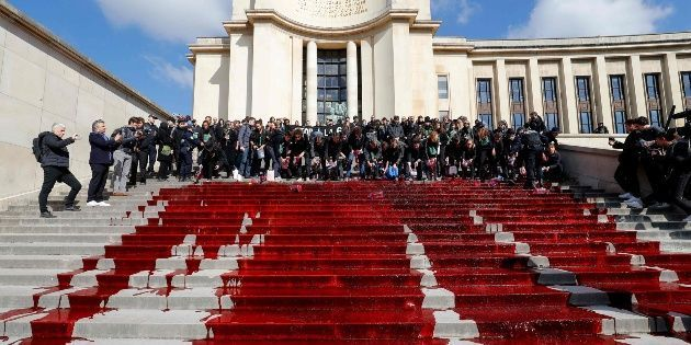 Derraman sangre en París como protesta ante la extinción de especies