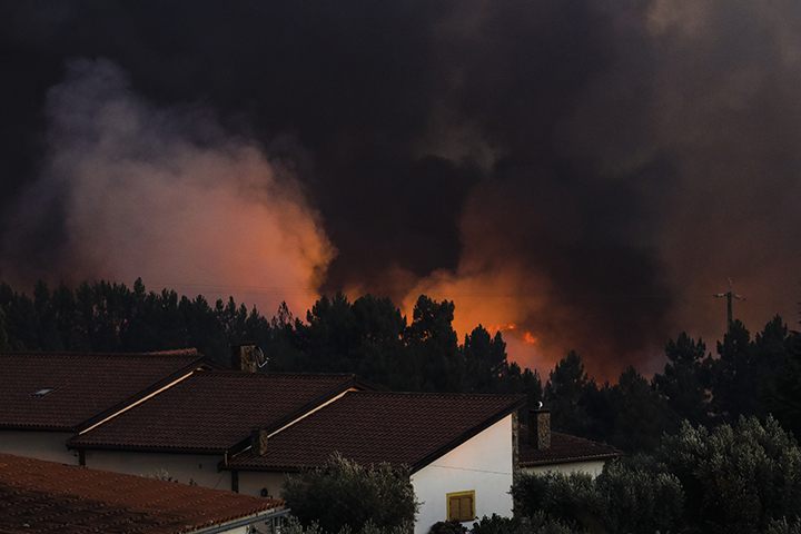 Macao (Portugal), 21/07/2019.- The flames come close to the houses during a wildfire at Cardigos, near Macao, Portugal, 21 July 2019. According to reports, hundreds of firefighters, vehicles and planes are fighting at least three wildfires that broke out across central Portugal on 20 July and spread by strong wind. (Incendio) EFE/EPA/PAULO NOVAIS