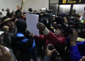 periodistas asediados seguidores de Morales